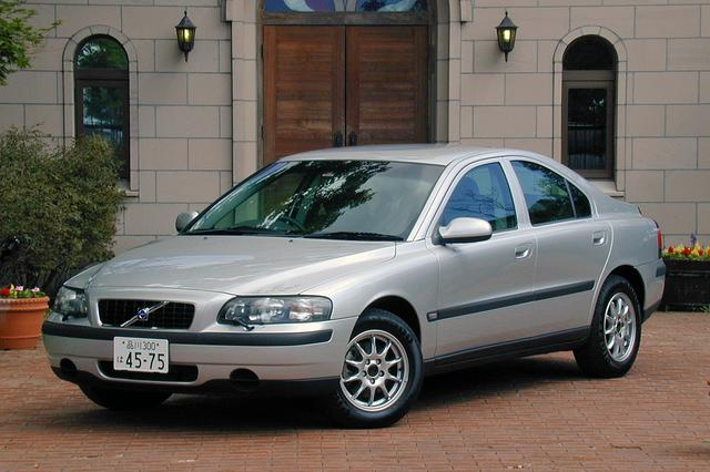 画像: 外寸はホイールべースも含めてターボ車とまったく同じ。195/65R15タイヤとアルミホイールは標準装備。