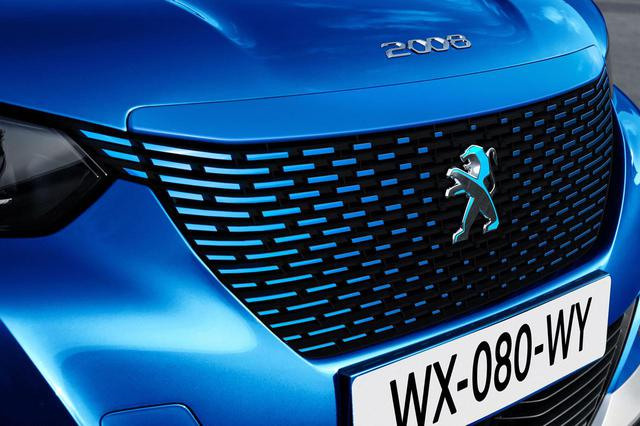 画像: SUV e-2008のフロントグリルはボディ同系色に塗装され、またプジョーエンブレムは見る角度によって色の変化する特殊な加工が施された「ダイクロイックライオン」を配置する。