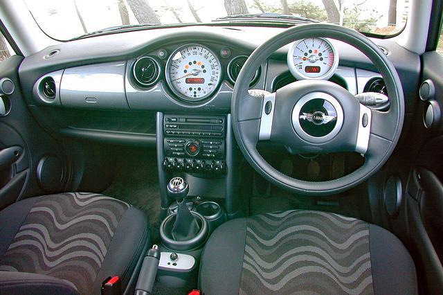 画像: インパネ中央に大型のスピードメーターを備える。オプションのナビを装着すると、ドライバー正面にスピードとタコのメーターが2つ並ぶ。
