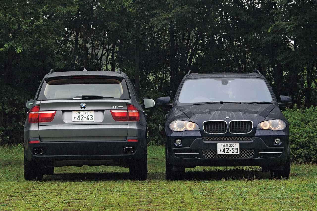 画像: 基本的に初代のイメージを踏襲して登場した2代目BMW X5。リアゲートは初代同様、上下2分割式。左が4.8i、右が3.0si。
