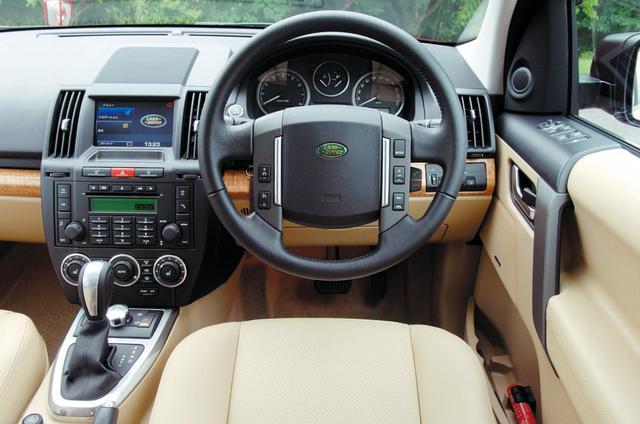 画像: ランドローバー車ならではのインテリアの眺め。メーターパネル内にある6速ATのシフトポジション表示はやや見にくかった。