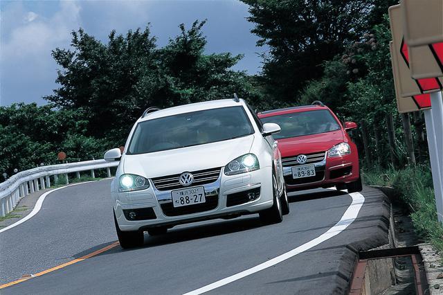 画像: 2007年9月から日本での発売が開始されるゴルフヴァリアント。ゴルフワゴン改め、欧州同様、ゴルフヴァリアントを名乗ることになった。新型ゴルフヴァリアントには170ps仕様の1.4TSIと200psの2.0TSIの2種類のエンジンが設定される。ゴルフヴァリアント2.0TSI スポーツライン(前)と、1.4TSIを搭載するTSI コンフォートライン。