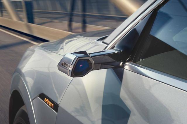 画像: アウディ初採用のバーチャルエクステリアミラーで、空力性能の向上にも寄与する。映像はドアトリムに埋め込まれたOLEDディスプレイに表示される。