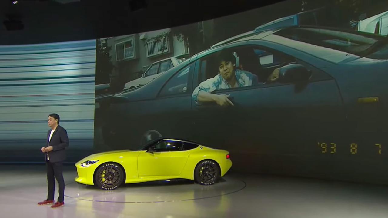 画像: オンラインによるライブミーティングの冒頭で、Zプロトの運転席から降りて登壇した内田社長兼CEO。自身のかつての愛車であるZ32の写真も掲示した。