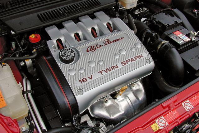 画像: 2Lのツインスパークはその名のとおり1気筒あたり2本のプラグを装着。スペック以上に元気なフィールだ。サウンドもいい。