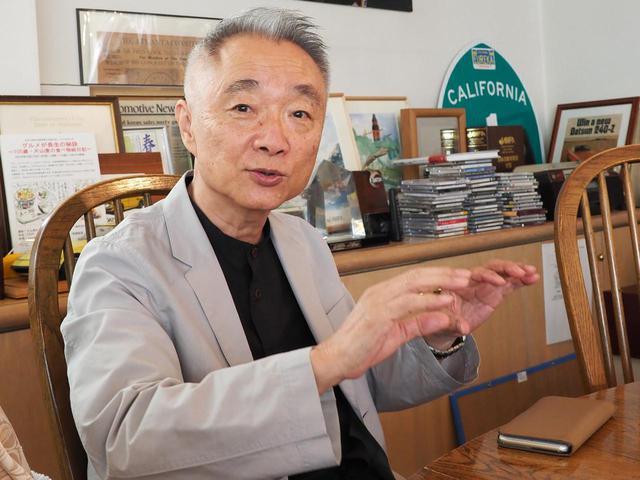 画像: 山下敏男 氏 1949年生まれ。福岡県出身。1968年入社。ショーカーのデザインなどを経て430セドリック、初代バイオレットをなどを担当。Z31のデザインが始まった頃、アメリカのNDIへ出向。帰国後、1985年から園 勲夫のもとでZ32の先行デザインを開始、その後チーフデザイナーに就任して全体を取りまとめた。写真は2020年9月、ミスターKオフィスにて