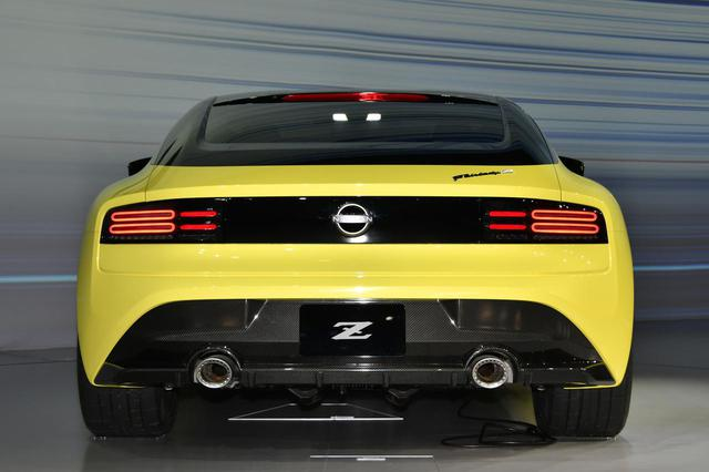画像: リアのデザインは、S30やZ32などいくつかの歴代Zが持つテールランプからインスピレーションを得たデザインテーマを現代風にアレンジ。ハイテクで先進的な光の演出を見せる。