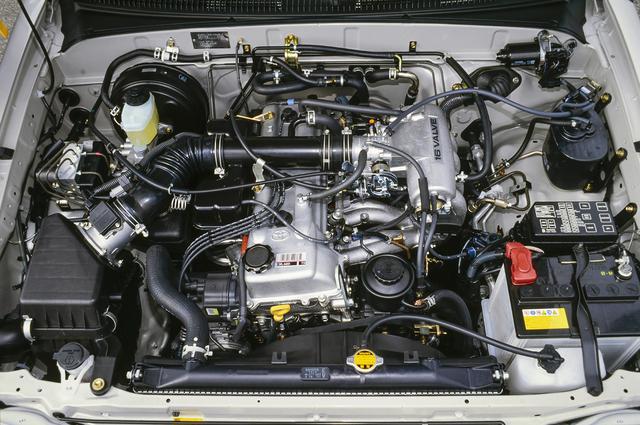 画像: 最高出力150ps、最大トルク24.0kgmを発生する2.7L直4ガソリンエンジンには5速MTと4速ATが組み合わされる。インテークマニホールドのロングポート化で、低中速域のトルク向上を図っている。