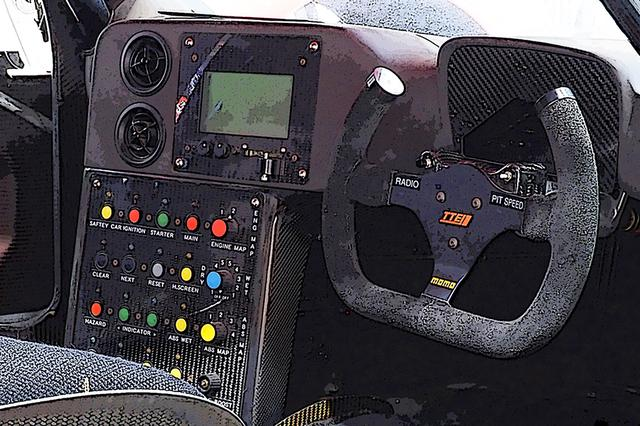 画像: TS020の「狭い」コクピット。すでにF1でもステアリングに数個のスイッチが見られた頃。無線とピットレーンボタン以外をセンターコンソールパネルに集めている。ドライバーは、かなり忙しい作業が求められただろう。