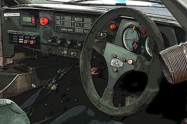 画像: R92CPは丸型ステアリング。メーターやスイッチ形状を見ても、まだ「クルマらしい」アナログな時代だったとわかる。オイル系や水温など、重要情報だけはデジタル表示だ。ちゃんと助手席もあり、全体にゆったりしていた。