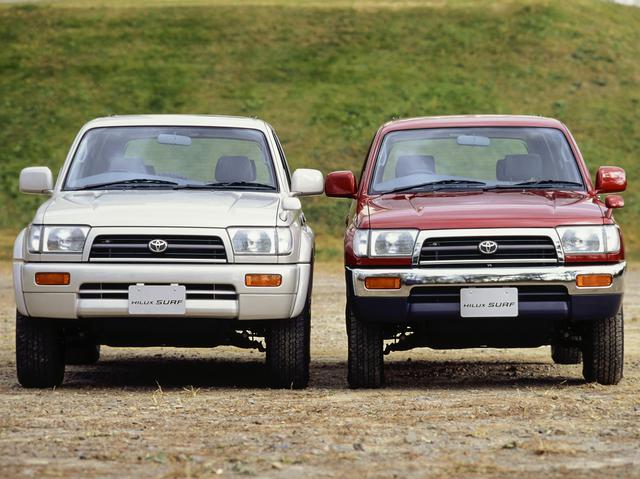 画像: ワイドボディ(左)の全幅は1800mm、標準ボディは1690mm。タイヤサイズはワイドボディが265/70-16で、標準ボディ215/80-16と両者の印象はかなり異なる。写真は前期型。