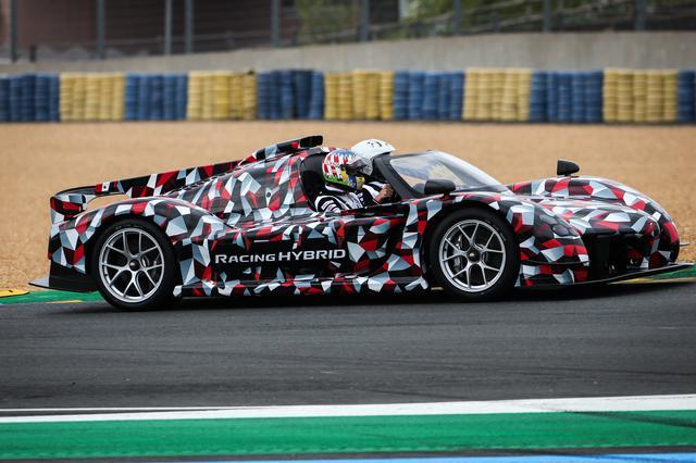 画像: ル・マン24時間レースの決勝スタートに突然姿を現した噂のハイパーカー「トヨタGR Super Sport(仮称)」の市販車プロトタイプ。アレックス・ブルツが、村田久武チーム代表を助手席に乗せて、サルテサーキットを1周した。