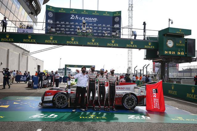 画像: 3連覇を達成したトヨタTS050 HYBRID 8号車。左から、村田久武チーム代表、ブレンドン・ハートレー、中嶋一貴、セバスチャン・ブエミ。ハートレーは2年連続、中嶋とブエミは3年連続優勝。中嶋は3年連続でアンカードライバーを務めた。