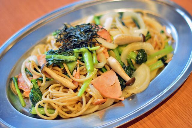 画像: 「野菜たっぷりジャポネーゼ」(950円)。太めのパスタ麺にたっぷりの野菜をあえた、和風のスパゲッティ。