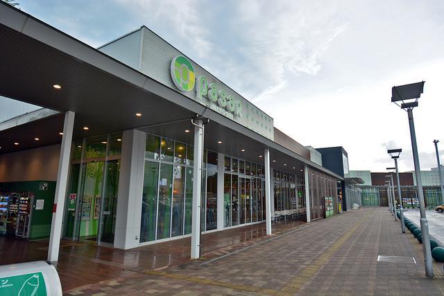 画像: 10年ほど前に「Pasar(パサール)三芳」にリニューアルされた三芳PA(上り)。2019年暮れにも店舗の一部入れ替えなどの改装を行っている。