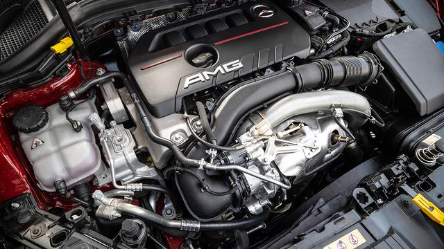 画像: 横置きされた2L直4ターボエンジン。0→100㎞加速は5.2秒でこなす。