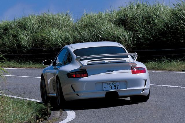 画像: 2007年に日本に上陸した997型ポルシェ911GT3。ポルシェというブランドとモータースポーツとを密接に結びつけるイメージリーダーであり、911シリーズの中にあってもある種特別の存在。