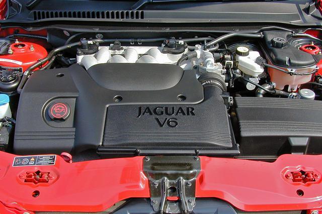 画像: エンジンルームの見た目も上級グレードと変わらない。組み合わされるトランスミッションは5速ATで同じ。