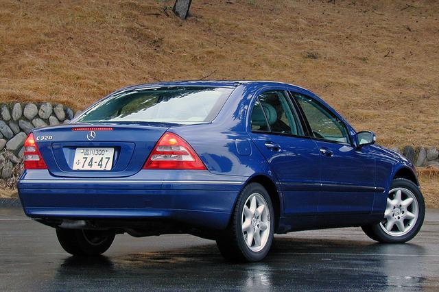 画像: リアのエンブレム以外、他グレードとの識別は不可能。他車を追い越したときに得られるオーナーならではの優越感、というわけか。