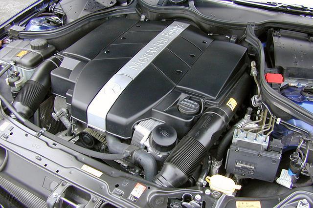 画像: V6エンジンはほとんどカバーしか見えない。240の2.6Lと外観上はほとんど変わらない3.2Lは、滑らかでトルクフルだ。