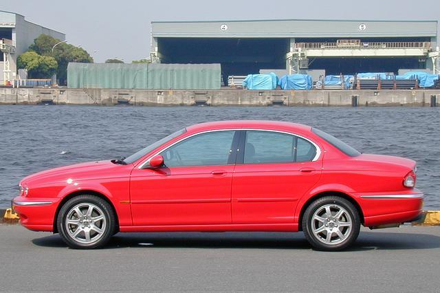 画像: タイヤサイズは205/55R16になるが、外寸はホイールベースも含めて上級グレードとまったく同じ。ジャガーらしさは変わらず。