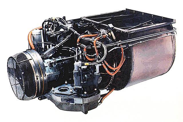 画像: 前部のガスタービン主機は、かなり小型軽量。左が前で、吸気系タービン・燃焼ブロックとメインタービン。茶色い大きな筒が高圧排気ガスの熱交換機になっている。吸気/圧縮/燃焼/排気がブロック毎に分割される。