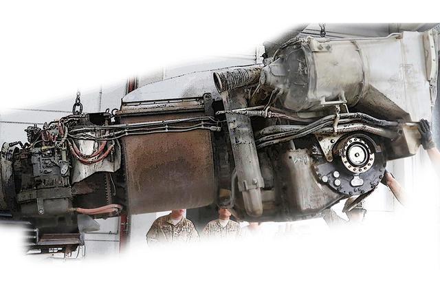 画像: 取り外されたハネウェルAGT1500 パワーパック。左端のエアインテークが切れているが、左半分(前側)がガスタービン主機。右半分は変速機ユニットと大きな排熱ユニットが占める。円形の駆動軸が見えている。