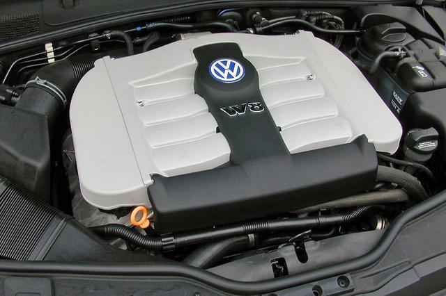 画像: 狭角のV4エンジンをふたつV型に組み合わせたユニークなW8エンジン。きわめてコンパクトにまとめられている。