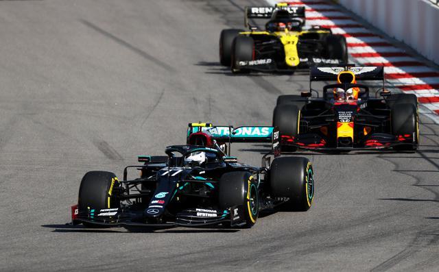 画像: ロシアGPはメルセデスAMGのバルテリ・ボッタスとレッドブル・ホンダのマックス・フェルスタッペンの一騎討ちに。序盤フェルスタッペンはミディアムタイヤでのマシンバランスに苦しめられたが、それでもボッタスとの差は8秒しかなかった。また、10秒ペナルティを受けたハミルトンにはそれ以上の差をつけた。