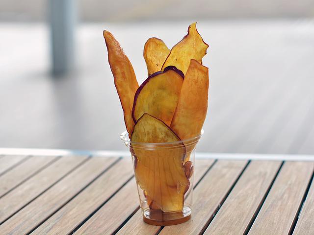 画像: 「芋や 富かわ」の人気メニューとなる「さつまいもチップス」(380円)。