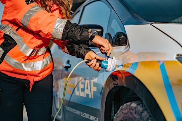 画像: フロントフェンダーに2つの耐候性外部コネクターを備える。
