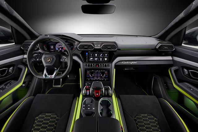 画像: インテリアにもエクステリアのアクセントカラーが展開されるほか、ダークなアルミトリムやマット仕上げのカーボンファイバーが配される。