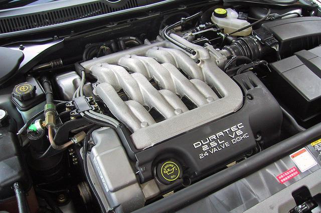 画像: F1などモータースポーツ界の名門、コスワース社と共同開発されたオールアルミ製の2.5L V6「デュラテック」エンジン。