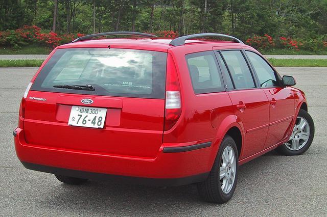 画像: ワゴンにも2.5LのV6モデルは設定され、セダンの15万円高。真っ赤なボディカラーはワゴンのみの設定となる。