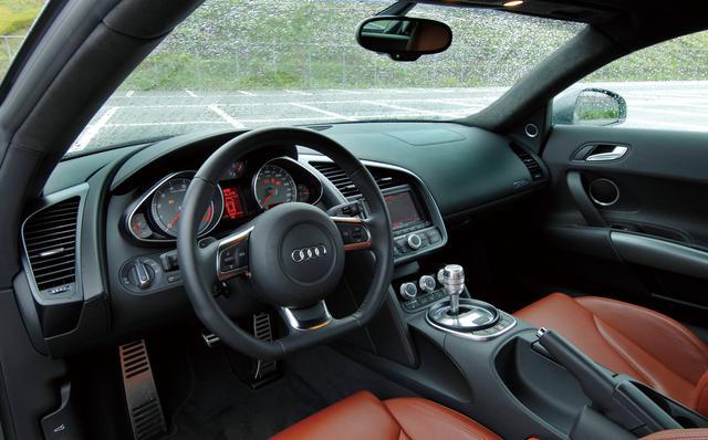画像: スポーツカーならではの雰囲気を持ちながら、日常的にも使いやすいことをモットーとしているというだけあって、室内の仕上げは一級品。スポーツカーというより、むしろラグジャリーカーのようだ。