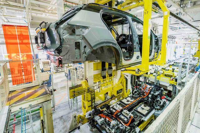 画像: ベルギーにあるゲント工場での生産の始まったボルボ初のEV「XC40リチャージ」。ゲント工場と同様のバッテリー組み立てラインが、米国サウスカロライナ州にも建設される予定だという。