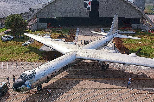 画像: 量産機数では最多の(385機)、超大型爆撃機コンベア B-36ピースメーカー。先代B-29の3倍近い巨大機であり、すでにジェット戦闘機の時代だけに6基のR-4360-51でもパワー不足で、翼端にジェットエンジン4基を併載した。