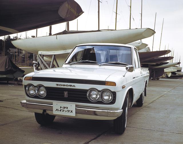 画像: 1968年3月に登場した初代ハイラックスは、「ブリスカ」と「ライトスタウト」を統合した後継モデルで、トヨタが企画し、日野自動車が開発と生産を担当した。