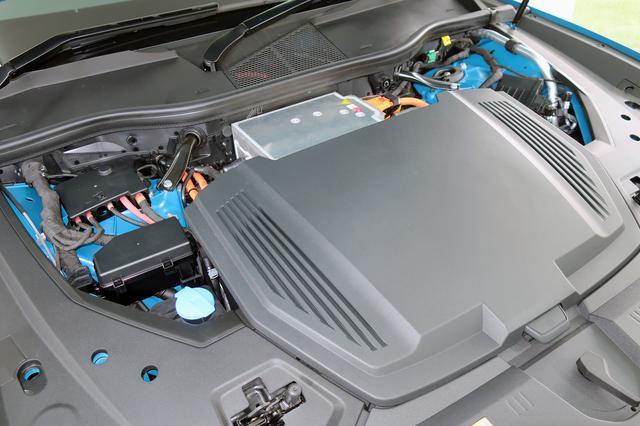 画像: ボンネットを開けてもモーターなどはほとんど見えない。手前の黒いカバーを開けると、充電コードなどを入れられるスペースとなっている。