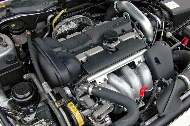 画像: ツインスクロールのハイプレッシャーターボを装着した2Lの直4 DOHC。ターボが効き出してからの加速感は、かなりのもの。