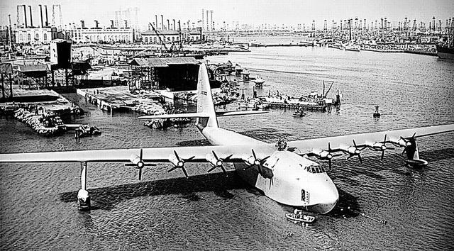 画像: プロペラ機だけでなく、現代でも史上最大級の航空機として有名なヒューズ H-4ハーキュリーズ。全幅97.5m、全長66.7mという数値は、巨大旅客機のエアバス A380に匹敵し、全幅は18mも大きい。これもワスプメジャー8基ではパワー不足だった。