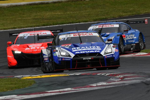 画像: 24号車GT-Rと12号車GT-Rが8号車NSXを挟み込みトップグループを形成。