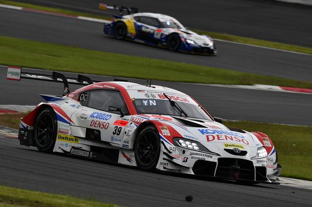 画像: 39号車と37号車、2台のスープラが1-2フォーメイション。その後2番手は14号車となるがこちらもスープラ。