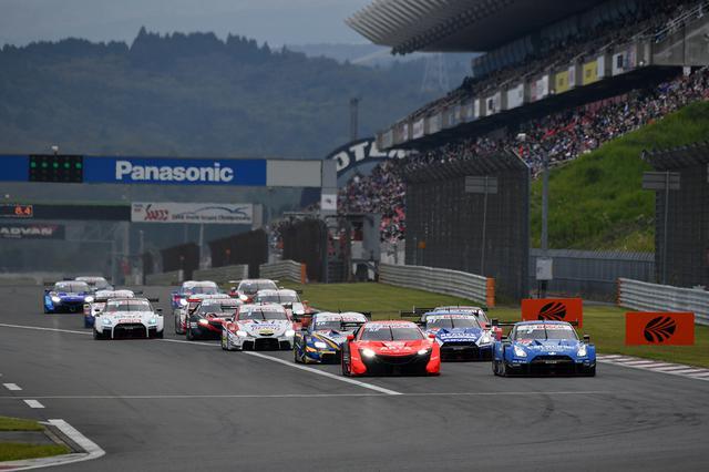 画像: スタート後にCALSONIC IMPUL GT-Rと競り合うARTA NSX-GTだが1コーナーはトップでクリア。