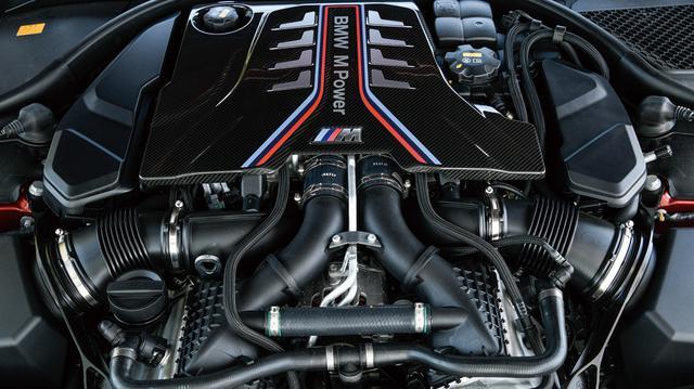画像: 搭載の4.4L V8DOHCツインターボエンジン。最高出力925ps、最大トルク750Nmを発生。