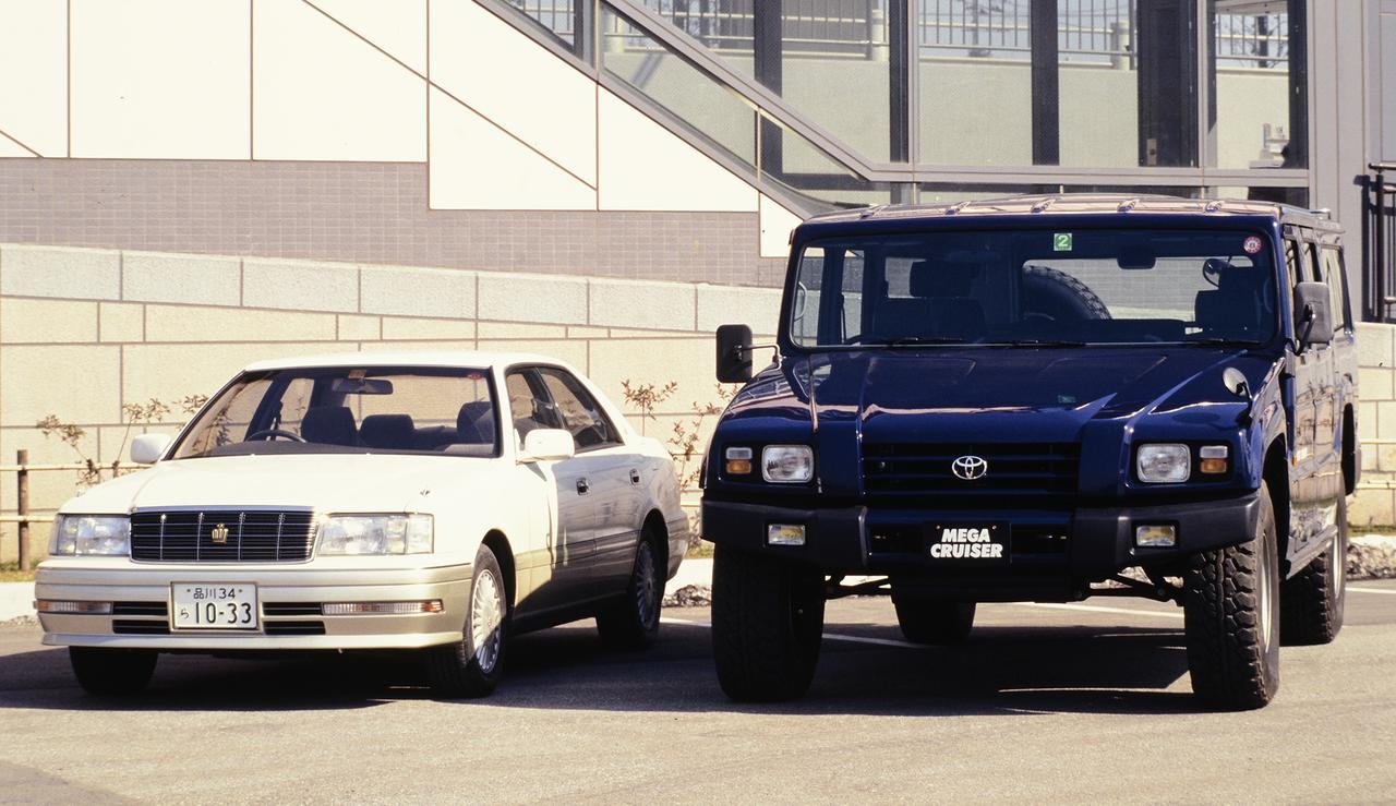 画像: 10代目クラウン(1995-2001年)とメガクルーザーの大きさを比較した一枚。クラウンの全長は4820mm×全幅1760mm×全高1425mm、メガクルーザーは全長5090mm×全幅2170mm×全高2075mm。