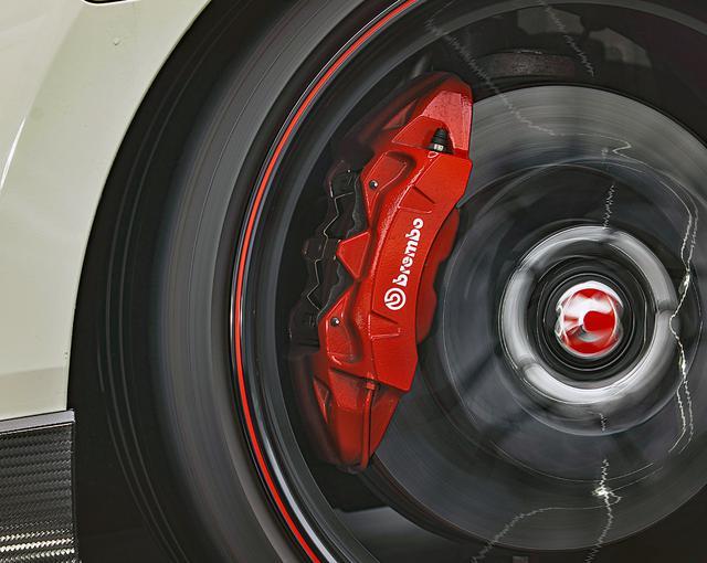 画像: ブレンボ社製のフロント大径ベンチレーテッド 2ピース ディスクブレーキ。