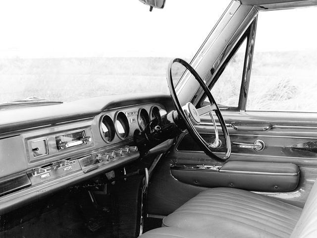 画像: 発表時のダッシュボード。大型4連メーターやエアコンスイッチ類が、当時の高級車を思わせる。コラムシフトATや、窓ガラス昇降用のレギュレーターハンドルも時代を感じさせる。