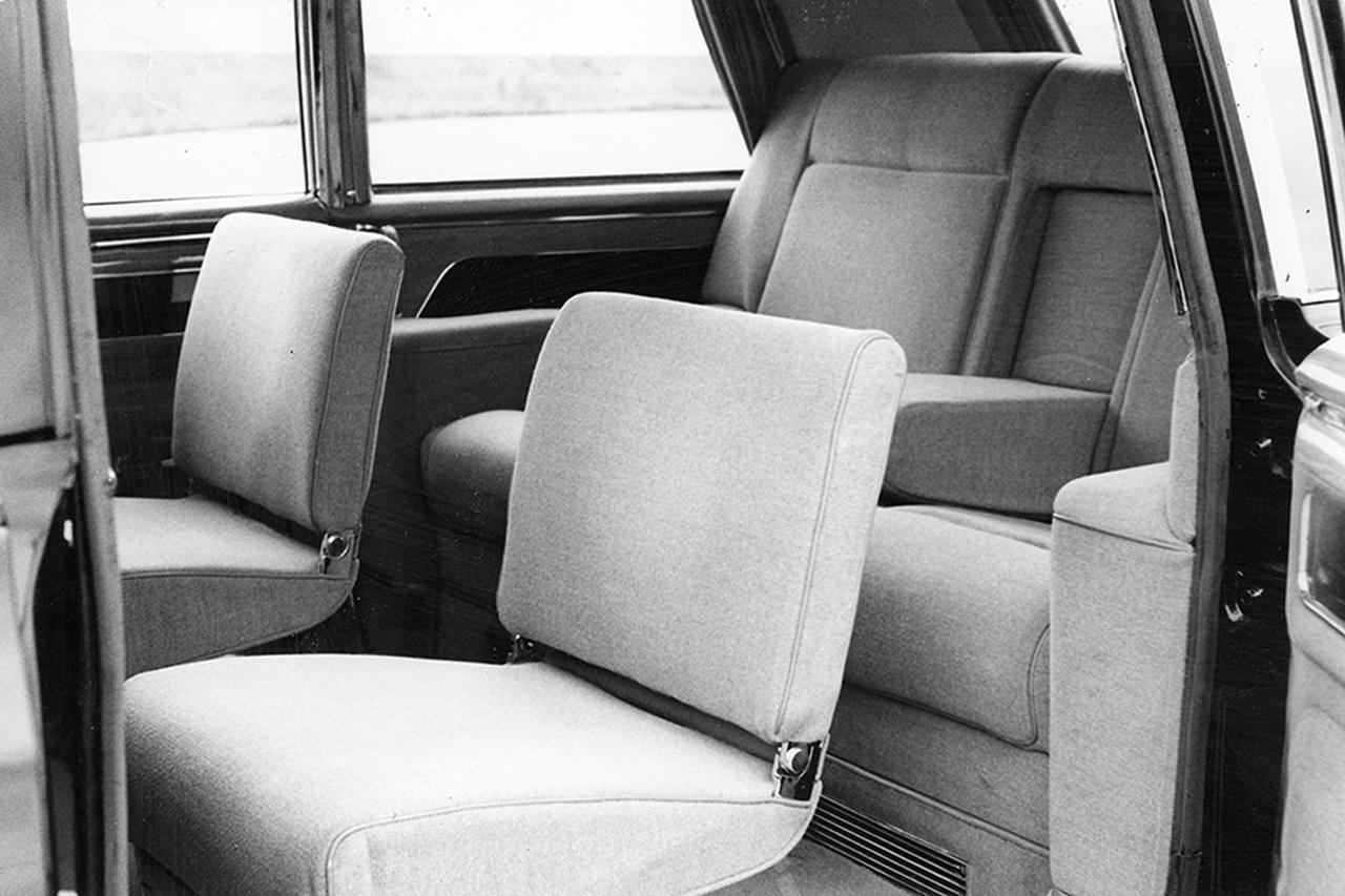 画像: 後席は観音開きのドアから奥の席に入る。手前の折りたたみシートは侍従用で、内装はウール張りが主体。