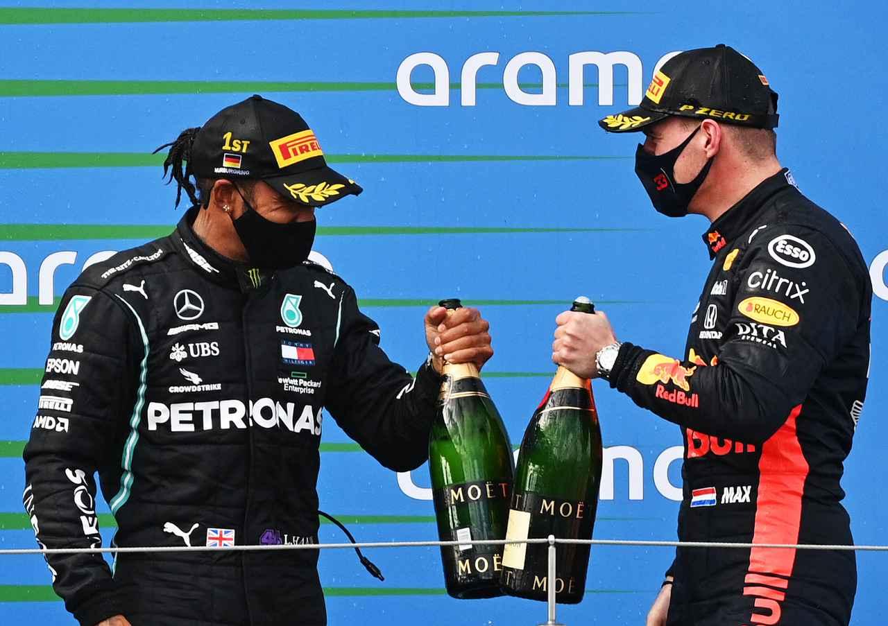 画像: 優勝したルイス・ハミルトンと2位のマックス・フェルスタッペン。この2人がほかを大きく引き離してフィニッシュしている。